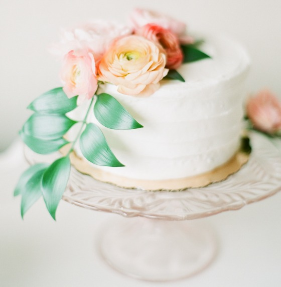 A minimal summer cake with roses
